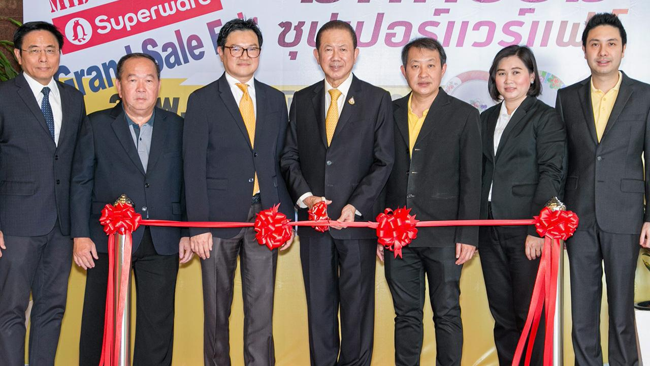 """ต้องไป  -  สนั่น อังอุบลกุล เปิดงาน """"มหกรรมซุปเปอร์แวร์แฟร์"""" รวมสินค้าเมลามีน พลาสติกลดราคาพิเศษ 30-80% จัดถึง 9 มิ.ย. ที่โรงงานศรีไทยซุปเปอร์แวร์ สุขสวัสดิ์ 36 โดยมี ไชยวัฒน์ กุลภัทรวาณิชย์ และ ดร.การัณย์ อังอุบลกุล มาร่วมงานด้วย ที่ บ.ศรีไทยซุปเปอร์แวร์ วันก่อน."""