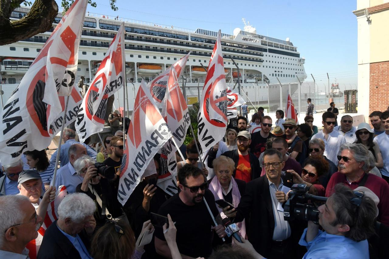 สมาชิกกลุ่มเคลื่อนไหวต่อต้านการนำเรือลำใหญ่จอดเทียบท่าในเมืองเวนิส ให้สัมภาษณ์กับสื่อหลังเกิดเหตุเรือสำราญชนท่าเรือ