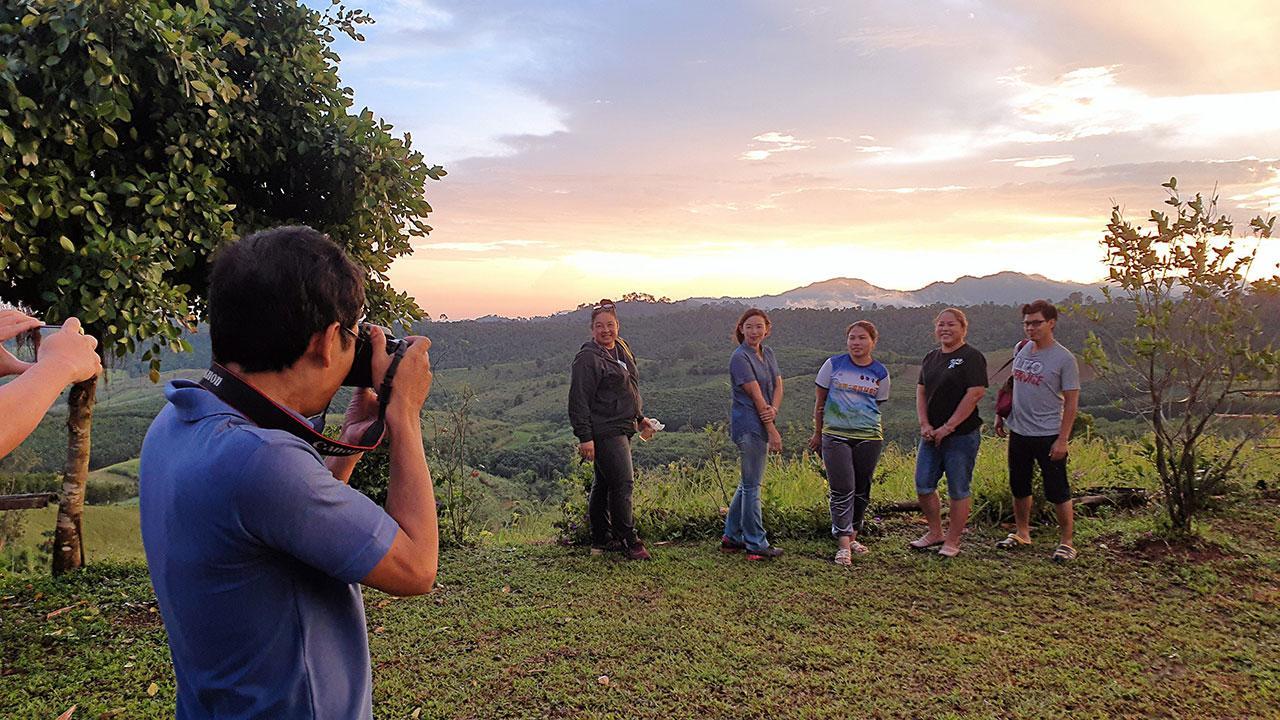นักท่องเที่ยวถ่ายภาพความประทับใจขณะดูพระอาทิตย์กำลังจะตกดิน บริเวณศูนย์การเรียนรู้เศรษฐกิจพอเพียงชั่วคราวภูทับสี่.