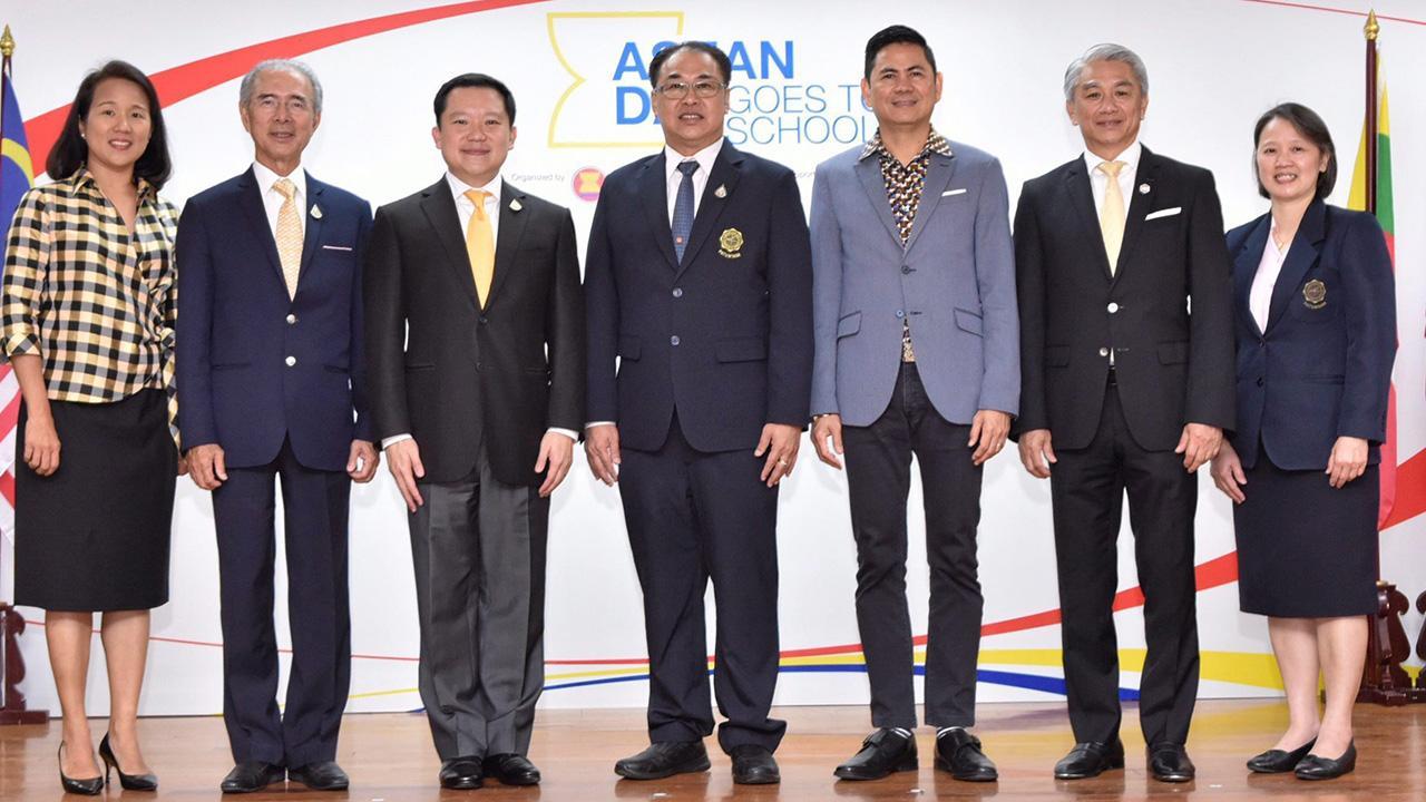 เรียนรู้ ผศ.ชัยศักดิ์ ลีลาจรัสกุล และ ผศ.ดร.ดวงใจ จงธนากร จัดงาน ASEAN Day Goes to School เพื่อส่งเสริมการเรียนรู้และความเข้าใจเรื่องอาเซียนในกลุ่มเยาวชนไทย โดยมี ฐาปน สิริวัฒนภักดี, โรมิโอ อาร์ก้า และ วิเชฐ ตันติวานิช  มาร่วมงานด้วย ที่โรงเรียนสาธิต มศว วันก่อน.