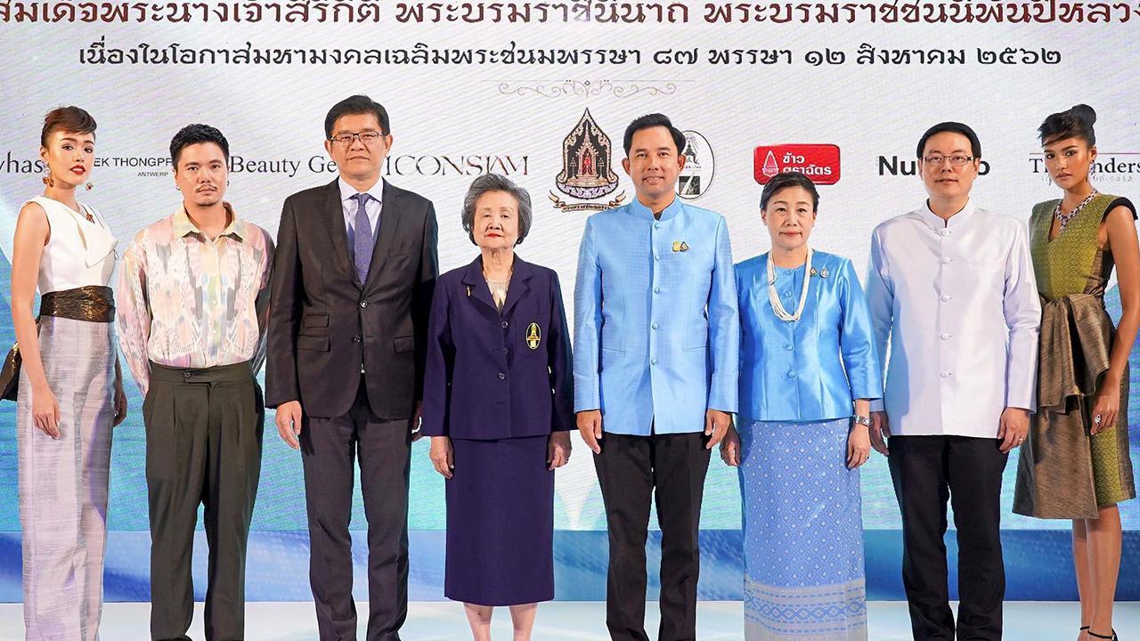 """เฉลิมพระเกียรติ  -  อิทธิพล คุณปลื้ม รมว.วัฒนธรรม และ ดร.ขวัญใจ โกเมศ แถลงข่าวการจัด นิทรรศการ """"ทรัพย์แผ่นดิน ศิลป์สยาม : Thai Treasures"""" เพื่อเฉลิมพระเกียรติ สมเด็จพระนางเจ้าสิริกิติ์ พระบรมราชินีนาถ พระบรมราชชนนีพันปีหลวง ที่กระทรวงวัฒนธรรม วันก่อน."""