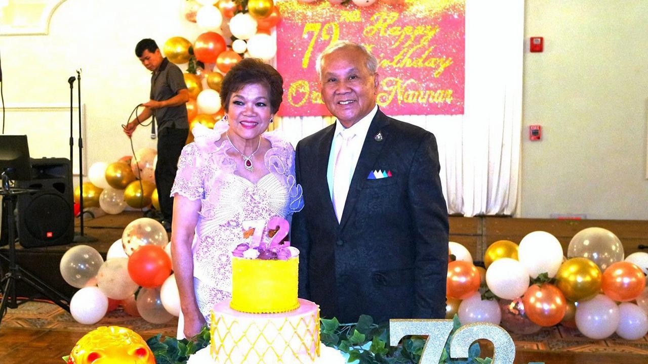 สุขสันต์วันเกิด  -  เอนก บรรณประดิษฐ์ อดีตนายกสมาคมไทยอเมริกันในรัฐอิลลินอยส์ สหรัฐฯ ร่วมอวยพร อรชร แน่นหนา อดีตนายกสมาคมพยาบาล ไทยในรัฐอิลลินอยส์ ฉลองวันคล้ายวันเกิดอายุ 72 ปี แบบหวานชื่น ที่ Drury Lane รัฐอิลลินอยส์.