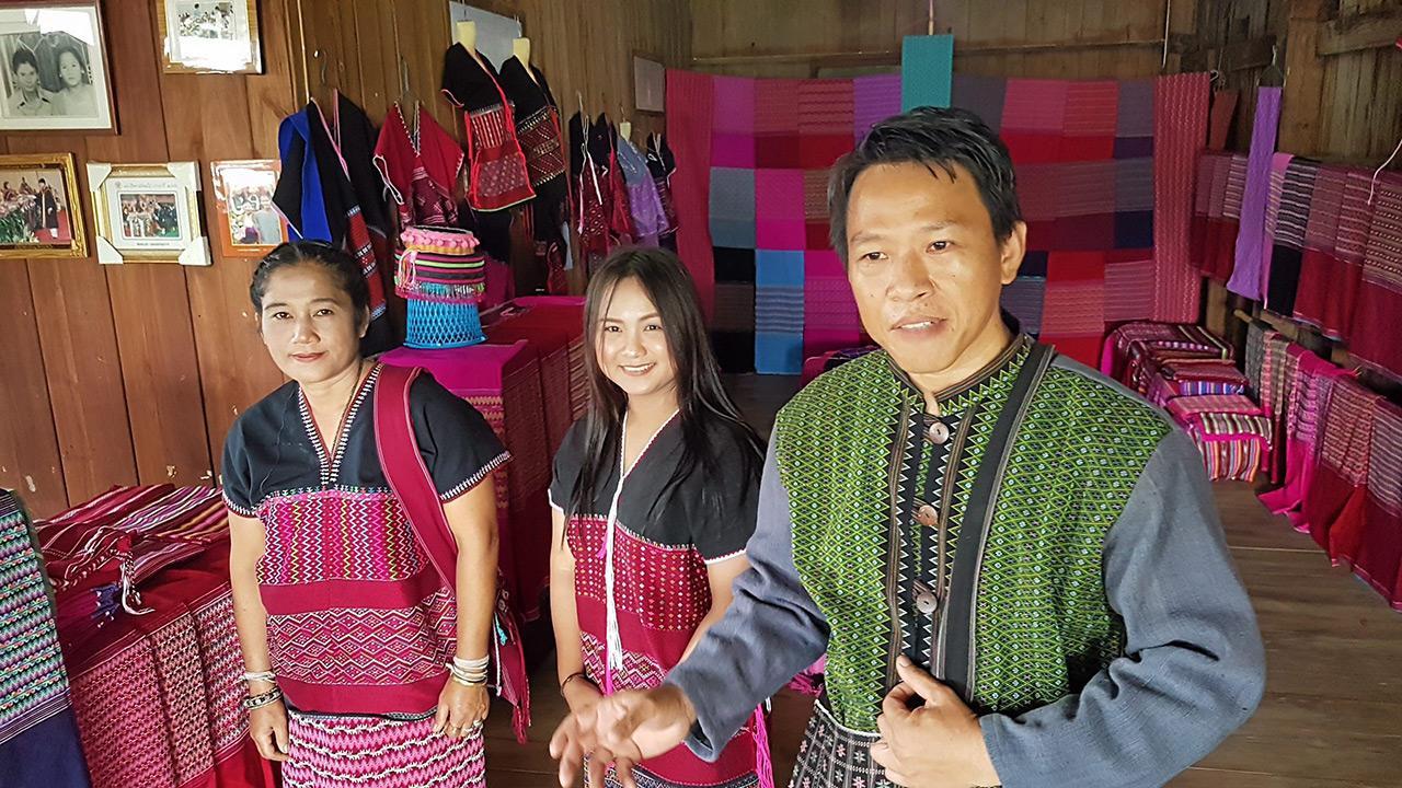 ผู้เชี่ยวชาญด้านผ้าทอในหมู่บ้านบ้อโซ่โอ๊ะโอ หมู่ 2 ต.ช่องแคบ อ.พบพระ อธิบายกรรมวิธีการทอ.