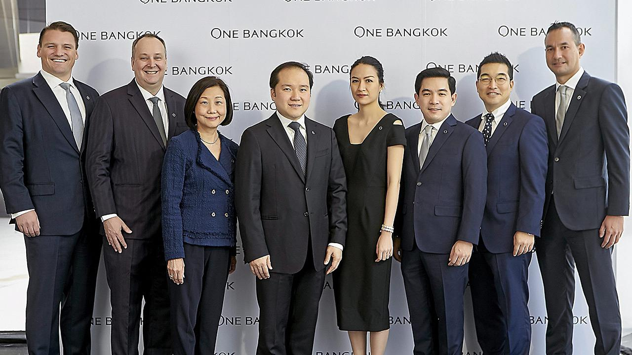 """สุดยอด ปณต สิริวัฒนภักดี และ ซู หลิน ซูน เปิดตัวมาสเตอร์แพลนระดับโลก """"One Bangkok"""" โครงการอสังหาริมทรัพย์ครบวงจร โดยมี อุรเสฏฐ นาวานุเคราะห์, ม.ล.ตรีนุช สิริวัฒนภักดี, เดวิด ทิบบ็อตต์ และ แอนโทนี่ อรันเดลล์ มาร่วมงานด้วย ที่ก่อสร้างโครงการ แยกลุมพินี วันก่อน."""