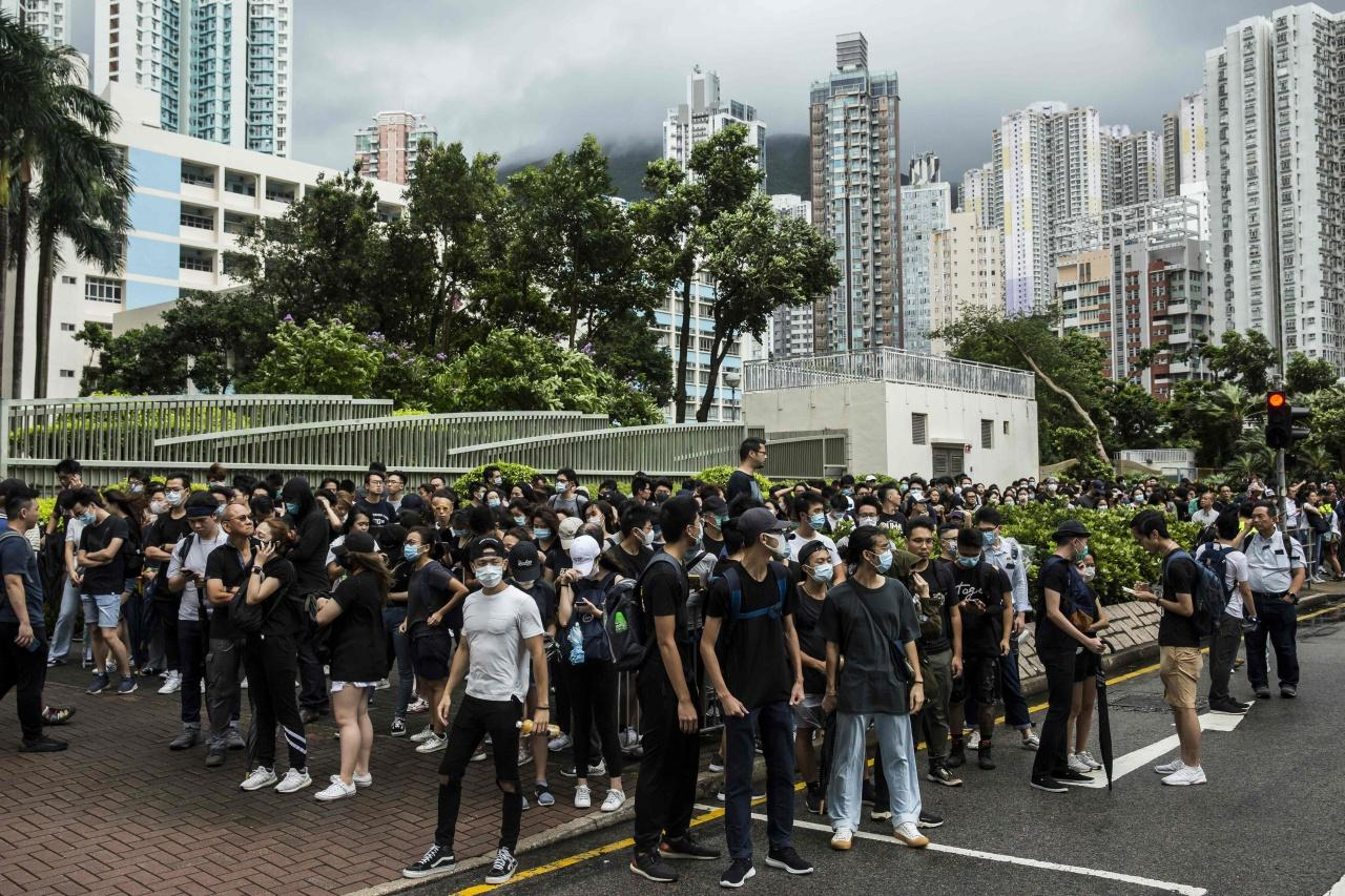 ชาวฮ่องกงรวมตัวกันที่หน้าศาล เรียกร้องให้ปล่อยตัวผู้ประท้วงที่ถูกตั้งข้อหาก่อจลาจล