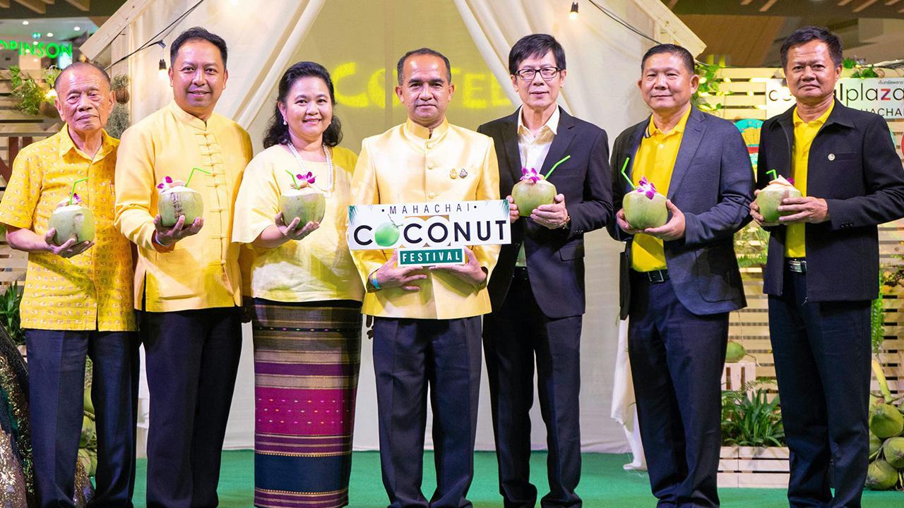 """หอมหวาน  -  สมคิด จันทมฤก และ ธนสมบัติ สนิทวงศ์ ณ อยุธยา เปิดงาน """"Mahachai Coconut Festival 2019"""" เพื่อพัฒนาและต่อยอดมะพร้าวน้ำหอมบ้านแพ้ว โดยมี ธีรพัฒน์ คัชมาตย์, พิริยะ ฉันทดิลก และ มณฑล ไกรวัตนุสสรณ์ มาร่วมงานด้วย ที่เซ็นทรัลพลาซา มหาชัย วันก่อน."""