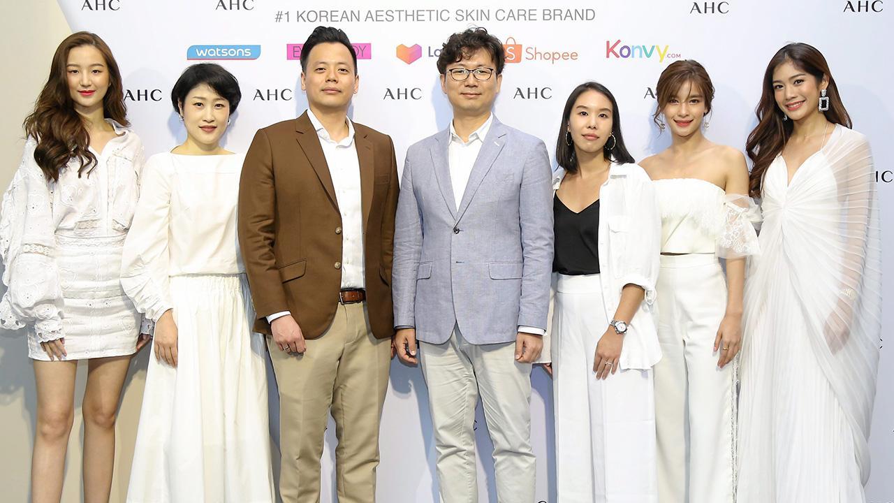 """ผิวสวย  -  จีเจย์ ชอย จัดงานเปิดตัว """"AHC"""" ผลิตภัณฑ์ดูแลผิวคุณภาพสูงยอดนิยมของเกาหลีในราคาที่ทุกคนเอื้อมถึง โดยมี ซินดี้ โช, เคนเนท ชิว, สเตฟานี่ โค, วรรณรท สนธิไชย, กัญญาวีร์ สองเมือง และ อลิสา ขุนแขวง มาร่วมงานด้วย ที่เดอะ กลาสเฮ้าส์ ปาร์ค นายเลิศ วันก่อน."""