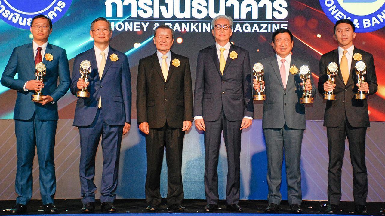 ฝีมือดี ดร.สมคิด จาตุศรีพิทักษ์ มอบรางวัลเกียรติยศ Money & Banking Awards 2019 จากวารสารการเงินธนาคารของ สันติ วิริยะรังสฤษฎ์ ให้แก่ ดร.ชาติชาย พยุหนาวีชัย, ชาติศิริ โสภณพนิช, เอนก พนาอภิชน และ ณรงค์ศักดิ์ เลิศทรัพย์ทวี ที่โรงแรมดิ แอทธินี วันก่อน.