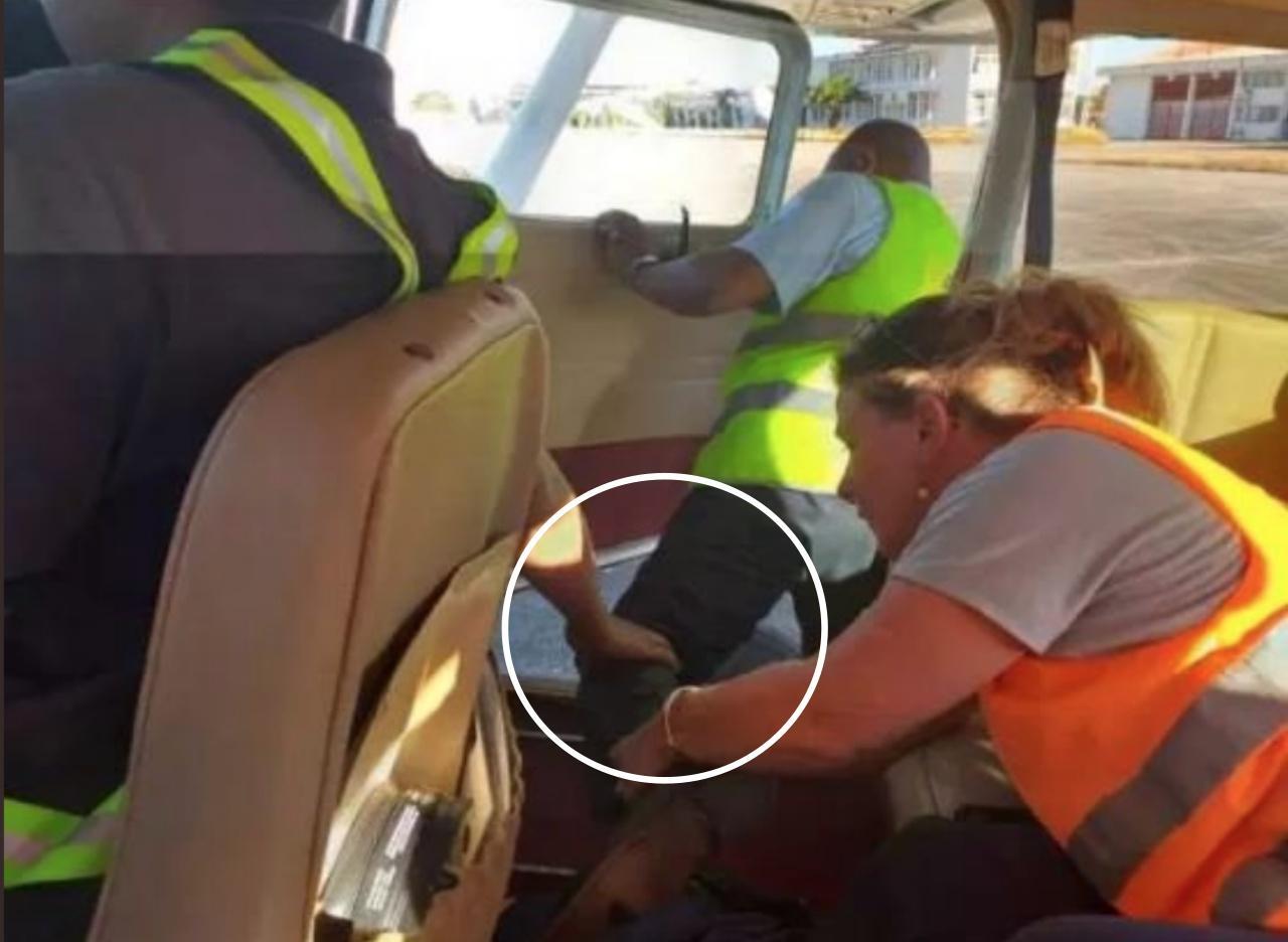 เจ้าหน้าที่ที่เกาะมาดากัสการ์ จำลองเหตุการณ์ขณะนักบินและนักท่องเที่ยวชาวอังกฤษซึ่ง เดินทางมาด้วยอีกคน พยายามช่วยกันดึงขา นางสาวอลานา คัตแลนด์ ที่เปิดประตูเครื่องบินเล็กและกระโดดลงไปฆ่าตัวตาย