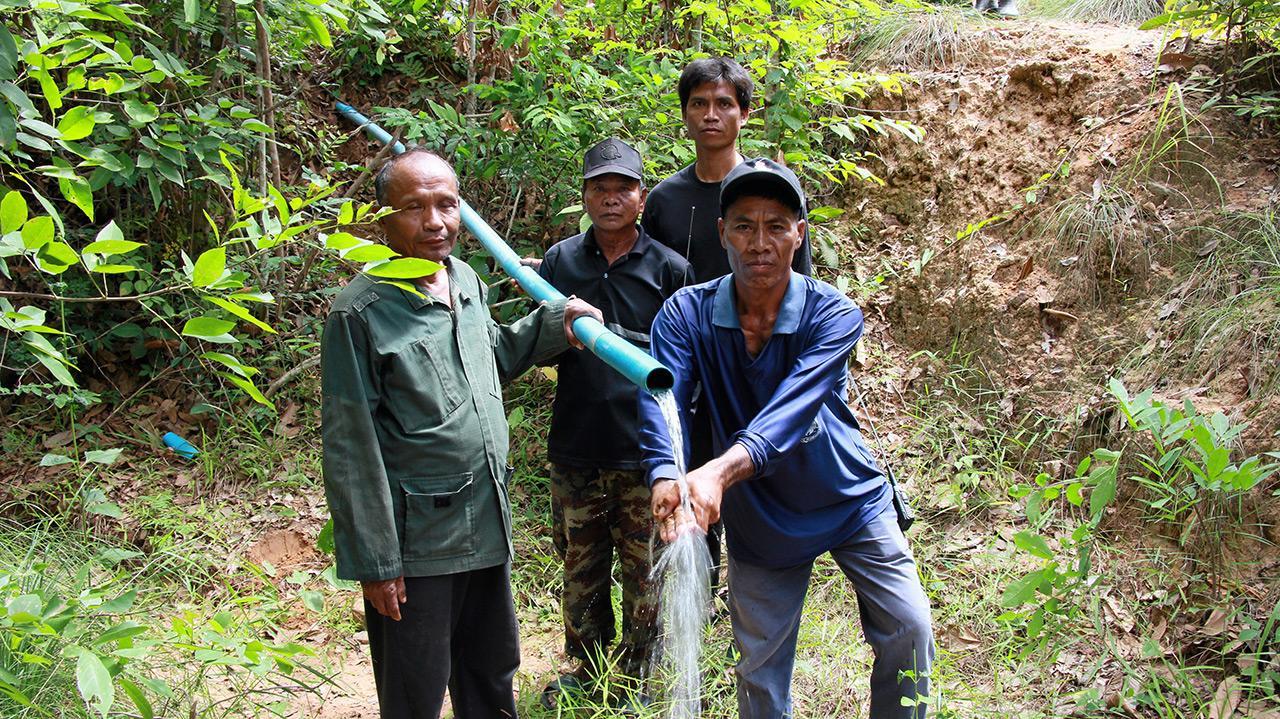 หลังวางท่อเสร็จน้ำจากเทือกเขาพนมดงรักไหลมาตามท่อพีวีซี ชาวบ้านตื่นเต้นดีใจเอามือรับน้ำ.