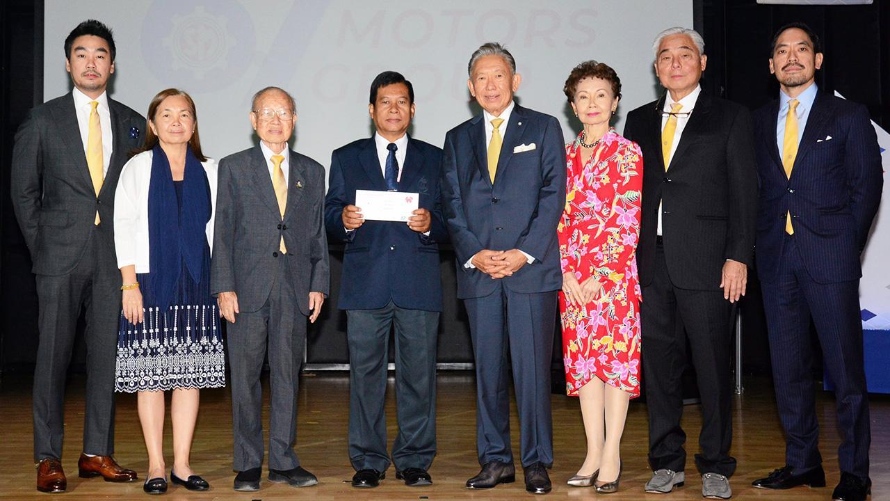 67 ปี ปริญญา พรประภา จัดงานครบรอบ 67 ปีการก่อตั้งบริษัทสยามกลการ พร้อมมอบเงินให้แก่ สุรนาท กุมภาว์ เพื่อสมทบทุนมูลนิธิไทยรัฐ โดยมี ดร.พรเทพ พรประภา, พรพงษ์ พรประภา, พรพรรณ พรประภา และ ประกาสิทธิ์ พรประภา มาร่วมงานด้วย ที่อาคารสยามกลการ วันก่อน.