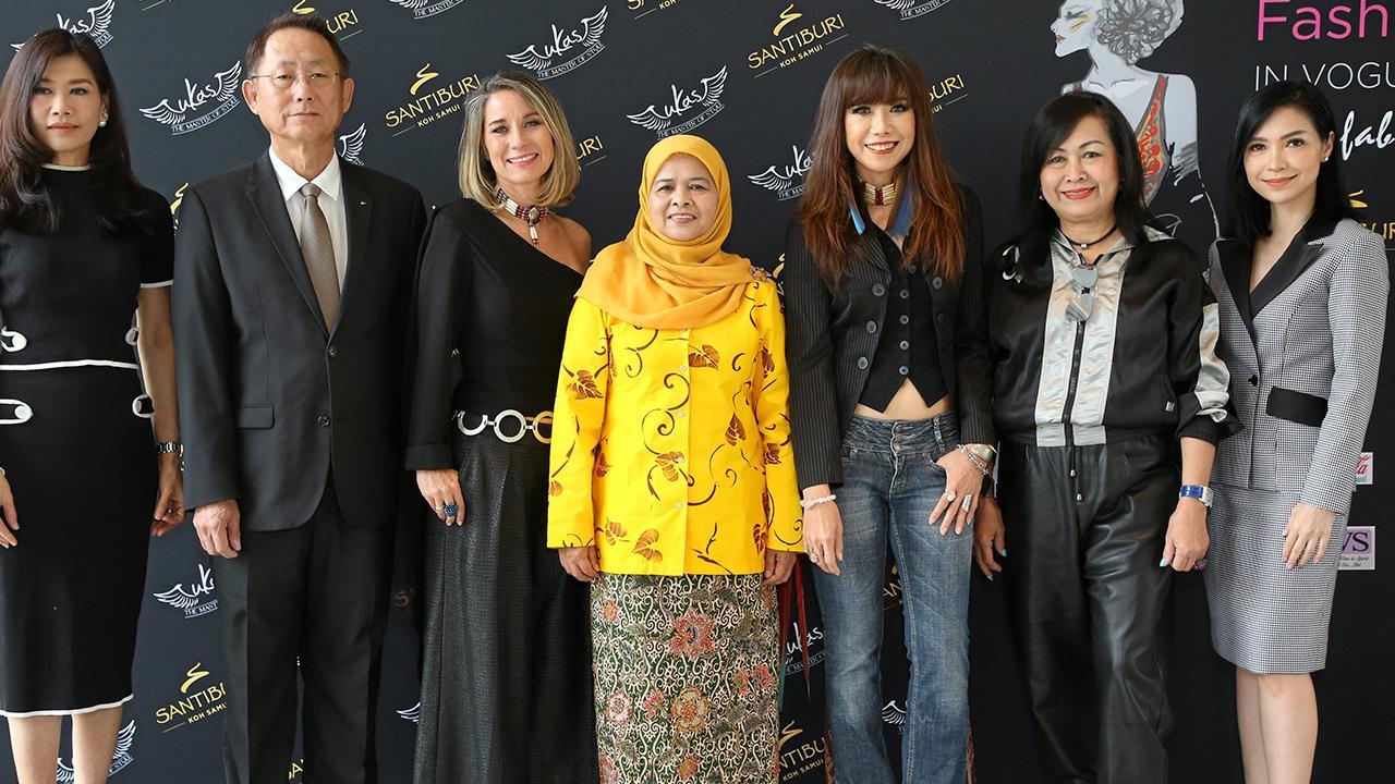 จัดเกาะสมุย บัณฑิต ศรีวัลลภานนท์, พาตีเมาะ สะดียามู, อวิกา แจ้งเจนกิจ และ ซาบีน ลัม แบร์ทส แถลงข่าวการจัด Fashion Mania : In Vogue Dining งานแฟชั่นผ้าไทยบนเกาะสมุย โดยมี พีร์อุมากร วระเศรษฐ์ถาพร และ พณิชนาฏ แย้มเพกา มาร่วมงานด้วย ที่โรงแรมยู สาทร วันก่อน.
