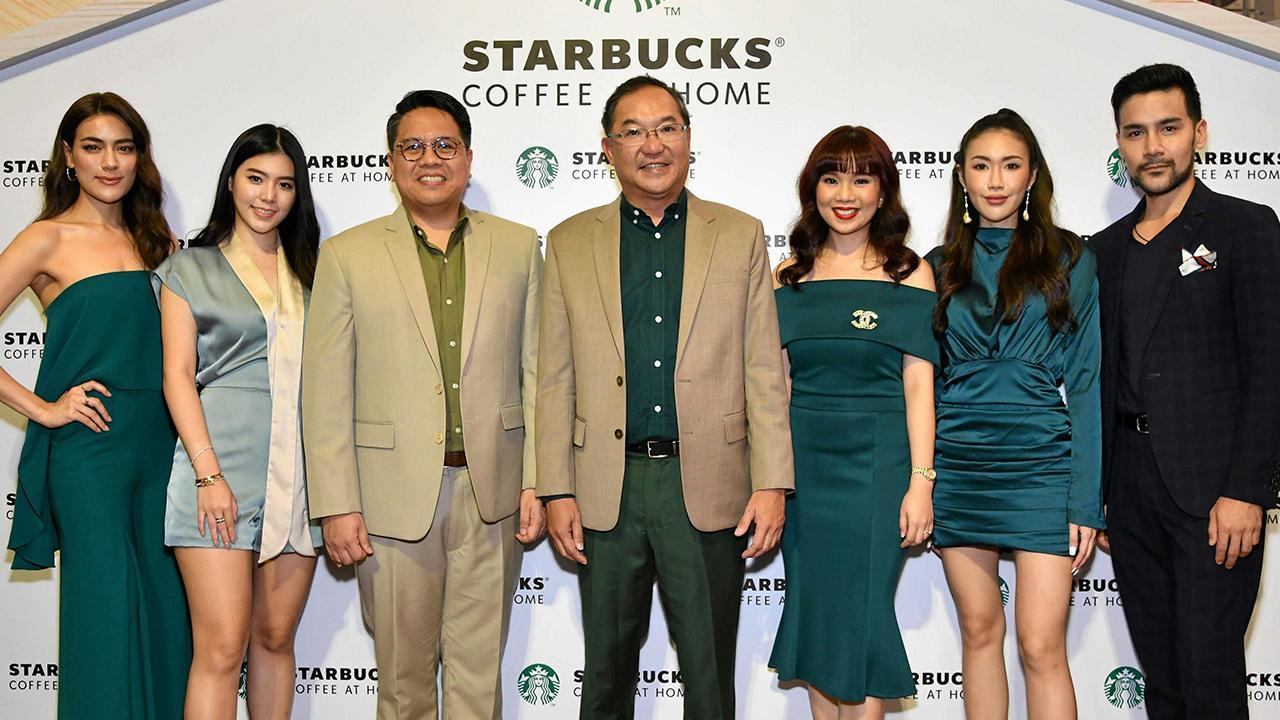 """ดื่มในบ้าน วิคเตอร์ เซียห์ เปิดตัว """"แคปซูลกาแฟสดสตาร์บัคส์"""" ครั้งแรกโดยเนสท์เล่ ประเทศไทย ได้พัฒนาขึ้นเพื่อใช้ร่วมกับเครื่องชงกาแฟแคปซูลเนสกาแฟ ดอลเช่ กุสโต้ โดยมี โจโจ้ เดลา ครูซ, ไอลีน เพิร์ลพอนซ์ และ คิมเบอร์ลี่ แอน เทียมศิริ มาร่วมงานด้วย ที่เซ็นทรัลเวิลด์ วันก่อน."""
