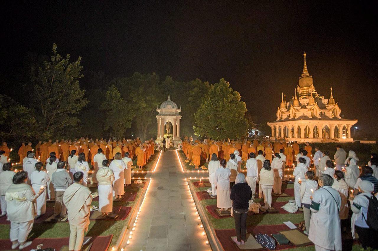 คณะสงฆ์พร้อมด้วยพุทธศาสนิกชนชาวไทยและจากทั่วโลกร่วมปฏิบัติธรรมกันอย่างเนืองแน่นในวันสำคัญทางศาสนา บริเวณหน้า พระมหาธาตุเจดีย์เฉลิมราชศรัทธา.
