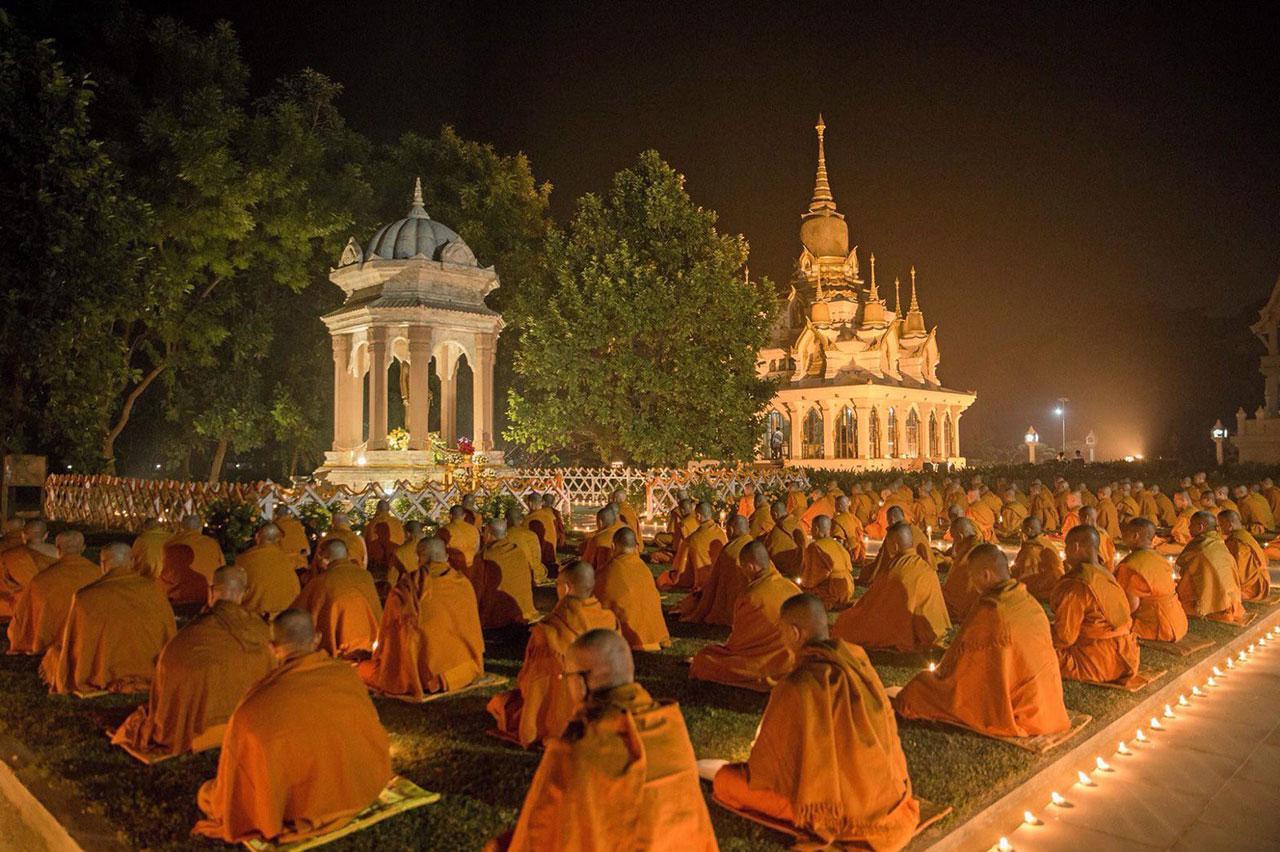 พระภิกษุจากทั่วโลกร่วมเจริญพระพุทธมนต์ในวันสำคัญทางพุทธศาสนา ณ ลานหน้า พระมหาธาตุเจดีย์เฉลิมราชศรัทธา วัดไทยกุสินาราเฉลิมราชย์ เมืองกุสินารา จ.กุศินาคาร์ รัฐอุตตรประเทศ สาธารณรัฐอินเดีย.