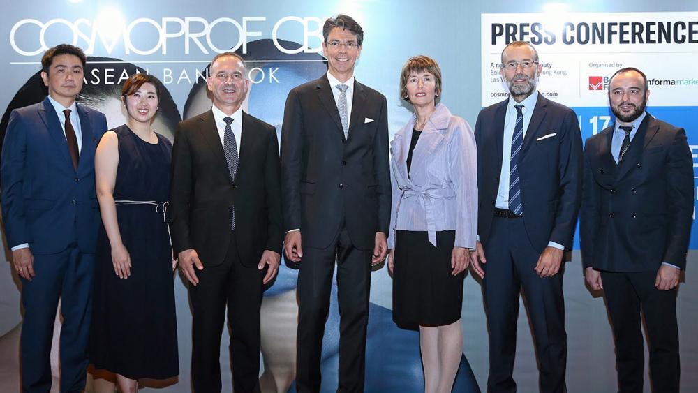 อย่าพลาด คลาวเดีย บอนฟิกลอลี่ แถลงข่าวการจัด Cosmoprof CBE ASEAN 2020 งานแสดงสินค้าเพื่อธุรกิจความงามระดับโลก ระหว่าง 17-19 ก.ย.63 โดยมี ลอเรนโซ กาลานติ, เอ็นริโก้ ซันนีนี่, แมทเทีย มิคิโล และ สรรชาย นุ่มบุญนำ มาร่วมงานด้วย ที่อิมแพ็ค เมืองทองธานี วันก่อน.