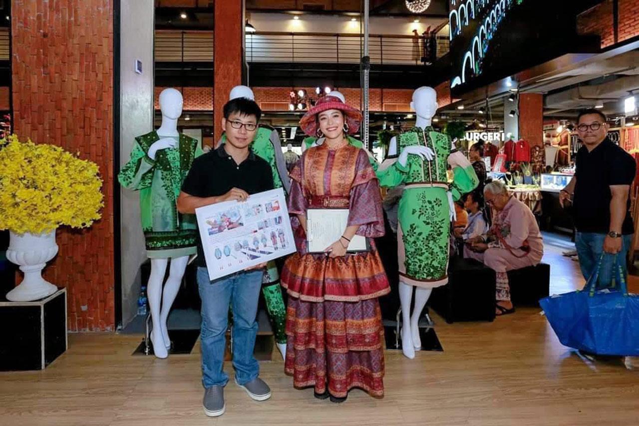 น.ส.แพรี่ พาย กรรมการตัดสินเยาวชนออกแบบชุดร่วมสมัยจากผ้าไทย กับ นายปรรณกร แก้วรากมุก จาก ม.ขอนแก่น ผู้ชนะออกแบบ.
