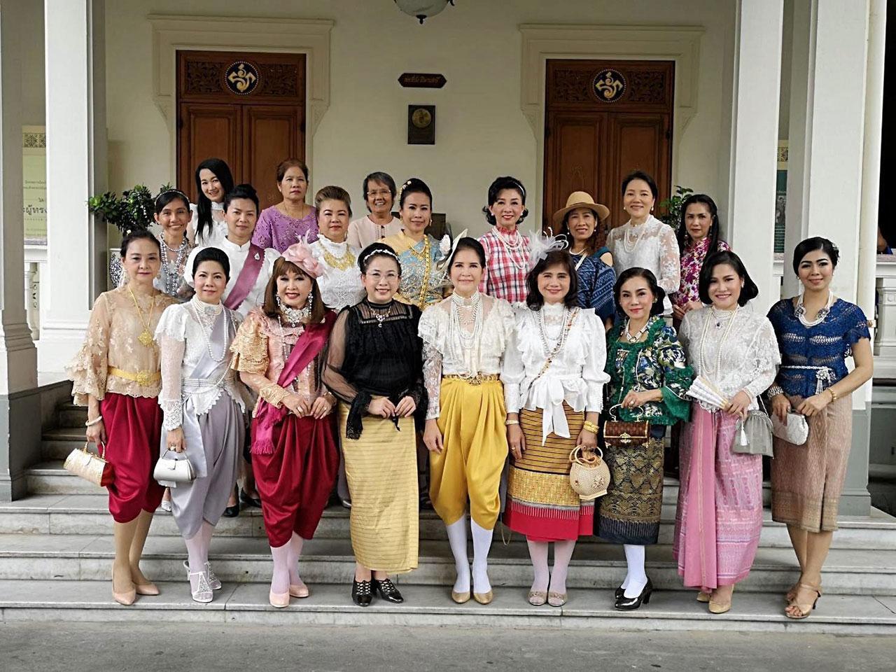 น.ส.ณญาดา อมตวณิชย์ ประธานชมรมสานใจสายใยผ้าซิ่น พร้อมด้วยคณะกรรมการ จัดทริปนำสมาชิกแต่งชุดไทยเที่ยวชมพระราชวังพญาไท เพื่อส่งเสริมการแต่งกายชุดไทยสมัยต่างๆ และแต่งกายด้วยผ้าไทยท่องเที่ยวเชิงวัฒนธรรม.