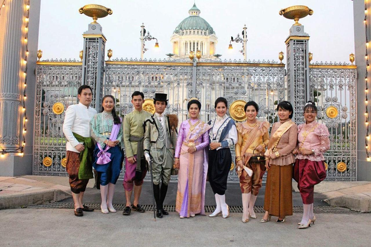 """สมาชิกชมรมสานใจสายใยผ้าซิ่น ทั้งชายและหญิงแต่งกายด้วยชุดไทยไปร่วมงาน """"อุ่นไอรัก ครั้งที่ 2"""" ด้วยความภาคภูมิใจ."""
