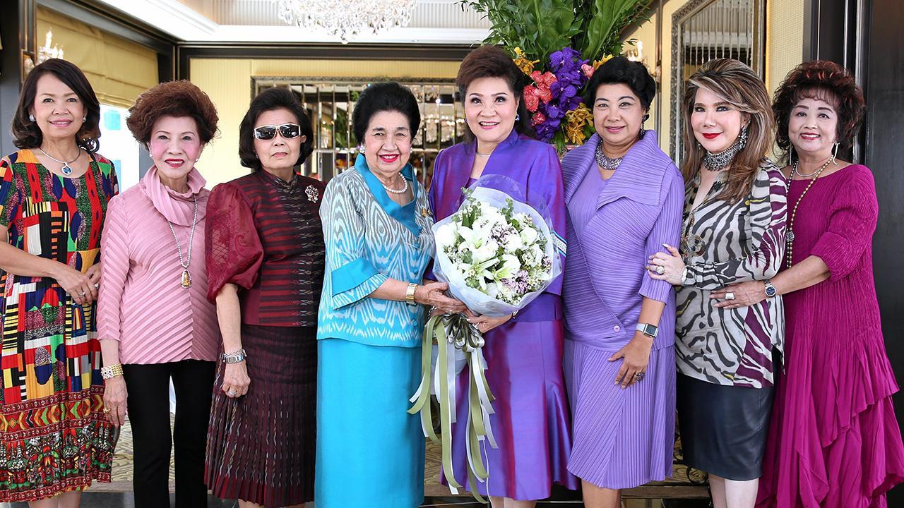 ปลื้มมาก คุณหญิงโรส บริบาลบุรีภัณฑ์ มอบช่อดอกไม้แสดงความยินดีแก่ ดร.ลัดดา วิศวผลบุญ ในโอกาสจบปริญญาเอก ม.กรุงเทพธนบุรี โดยมี รัญชา บริบาลบุรีภัณฑ์, รมณีย์ เธียรประสิทธิ์ และ ลัดดาวัลย์ แสงไพบูลย์ มาร่วมงานด้วย ที่โรงแรมแมนดาริน โอเรียนเต็ล วันก่อน.