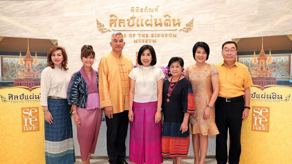 """มีคุณค่า  -  บุษยา สถิรพิพัฒน์กุล จัดกิจกรรม """"ศิลป์แผ่นดิน"""" เพื่อเชิญชวนคนไทยร่วมสืบสานมรดกทางศิลปวัฒนธรรมงานหัตถศิลป์ชั้นสูงของช่างฝีมือคนไทย โดยมี ศ.พญ.ท่านผู้หญิงเพ็ญศรี ภู่ตระกูล และ เผ่าทอง ทองเจือ มาร่วมงานด้วย ที่พิพิธภัณฑ์ศิลป์แผ่นดิน จ.อยุธยา วันก่อน."""