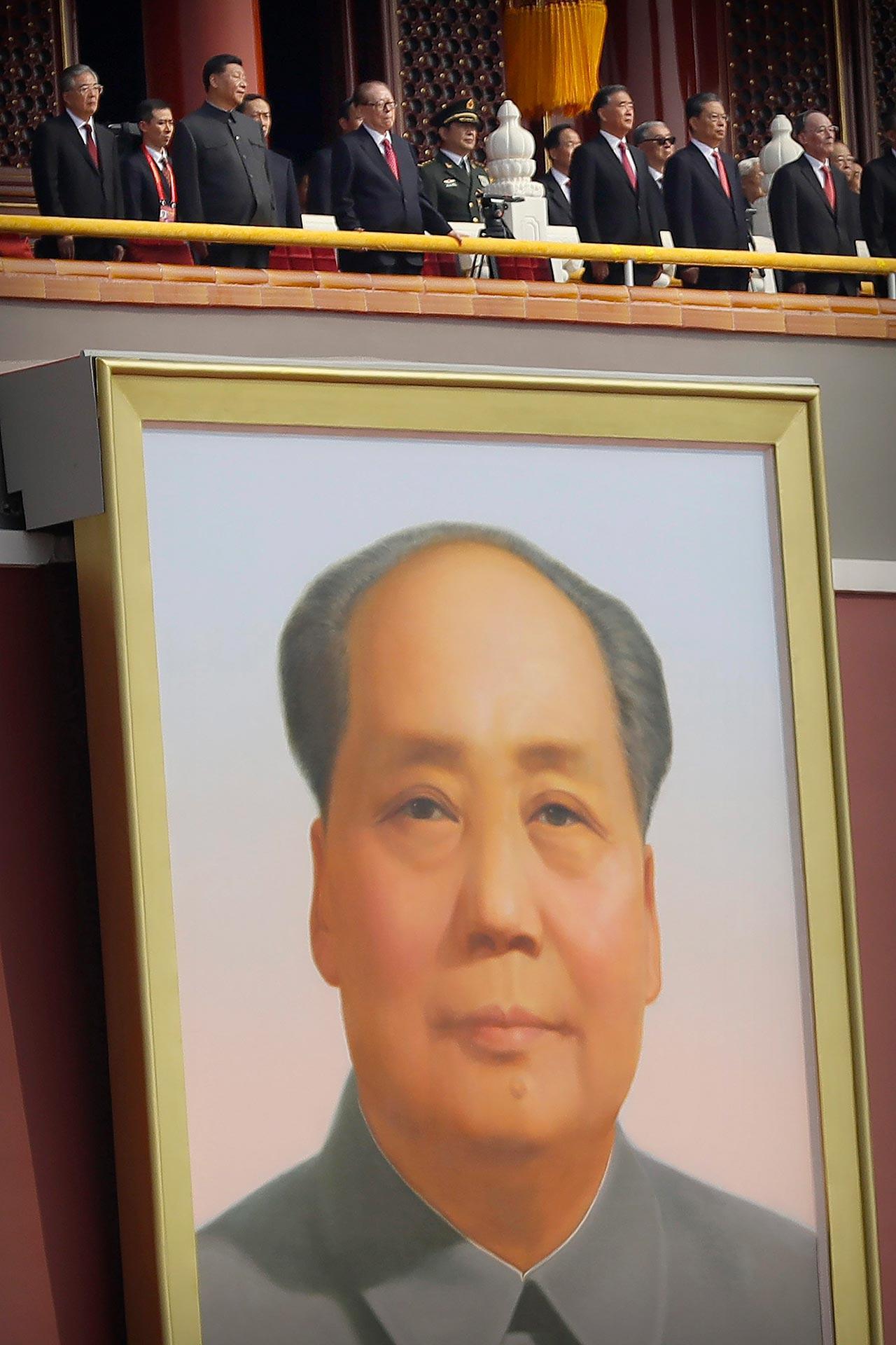 วันสำคัญ–คณะผู้นำจีน รวมทั้งประธา-นาธิบดีสีี จิ้นผิง อดีตประธานาธิบดีเจียง เจ๋อหมิน และหู จิ่นเทา ยืนบนประตูเทียนอันเหมิน กรุงปักกิ่ง ระหว่างพิธีเฉลิมฉลองวันครบรอบ 70 ปีการก่อตั้ง สาธารณรัฐประชาชนจีนเมื่อ 1 ต.ค. (เอพี)