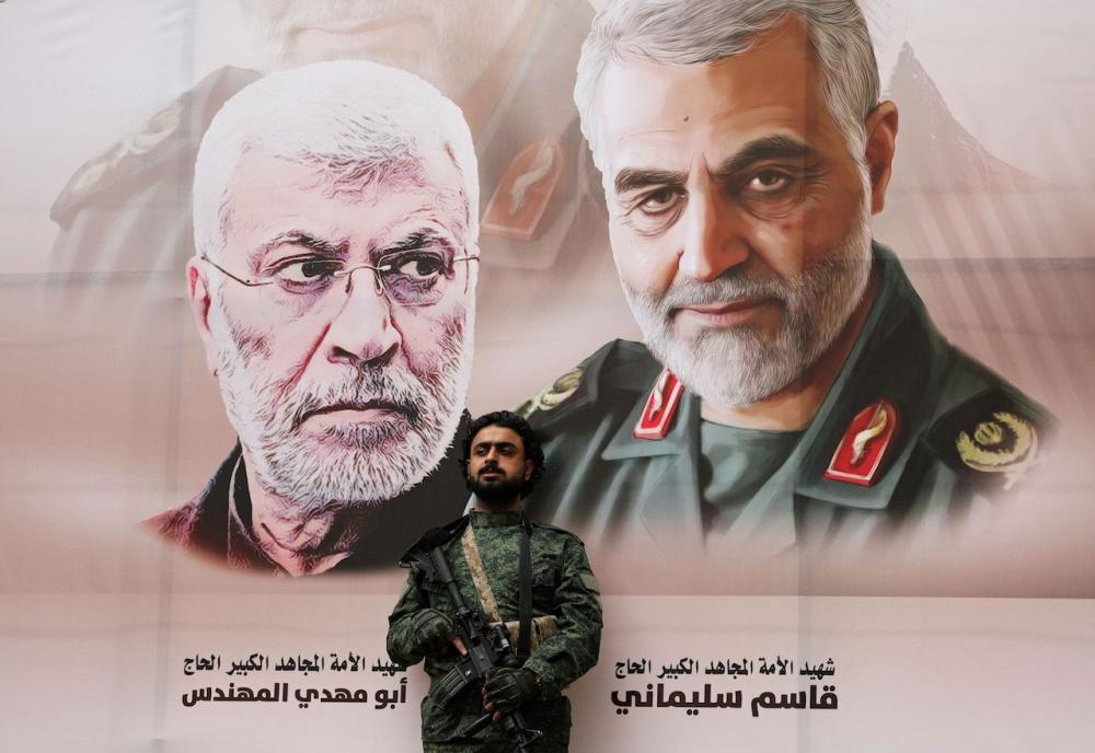 กบฏฮูธิในเยเมน ติดโปสเตอร์รูปของ นาย อาบู มาห์ดี อัล-มูฮันดิส (ซ้าย) และ พลเอก คาเซม โซไลมานี่ เพื่อไว้อาลัยและร่วมประณามสหรัฐฯ