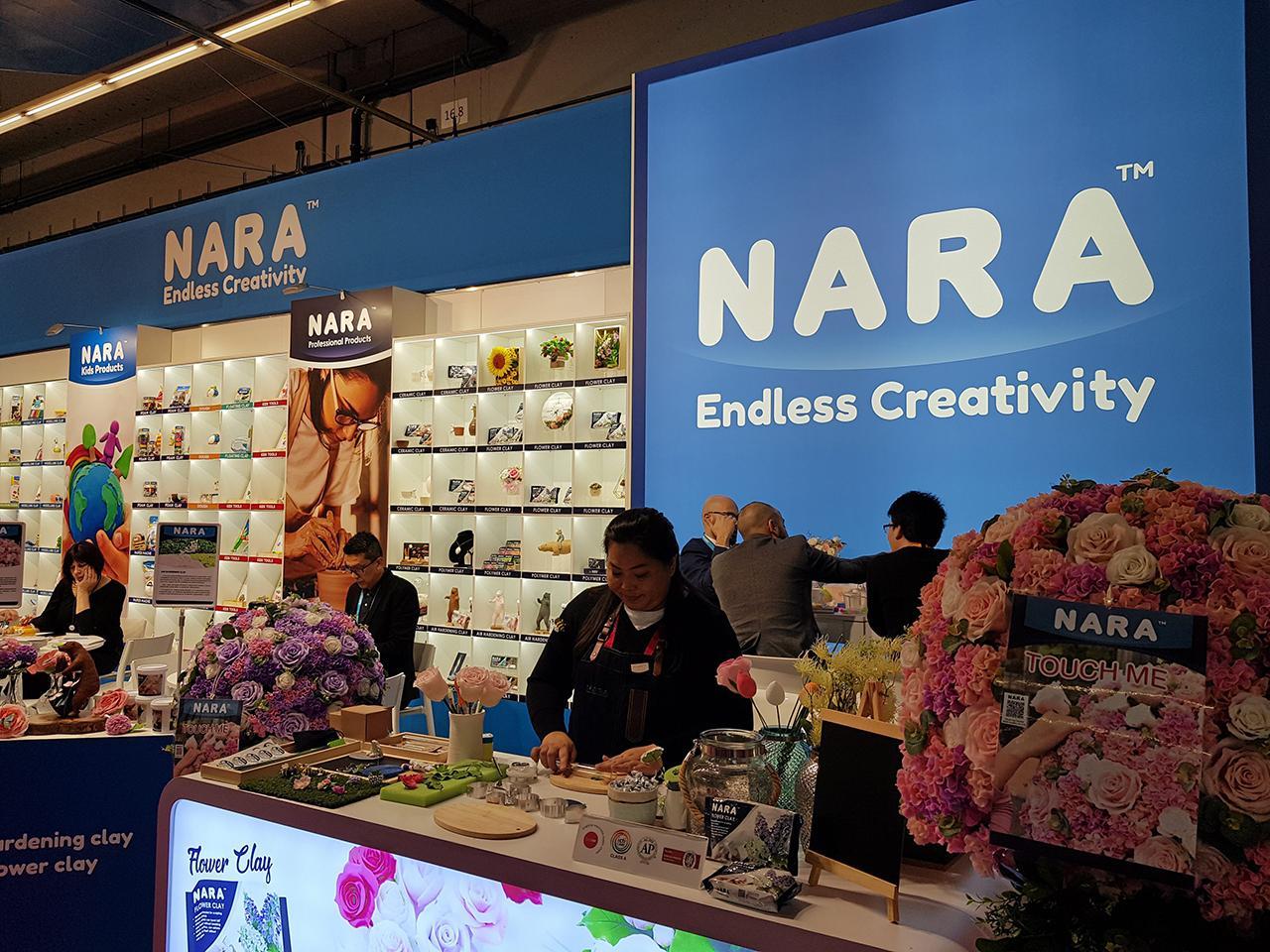 """สินค้าดินน้ำมันและอุปกรณ์เกี่ยวกับงานปั้น แบรนด์ """"NARA"""" ของ บ.นารา โกลบอล จำกัด จากประเทศไทย ได้รับความสนใจจากผู้เข้าชมงาน."""