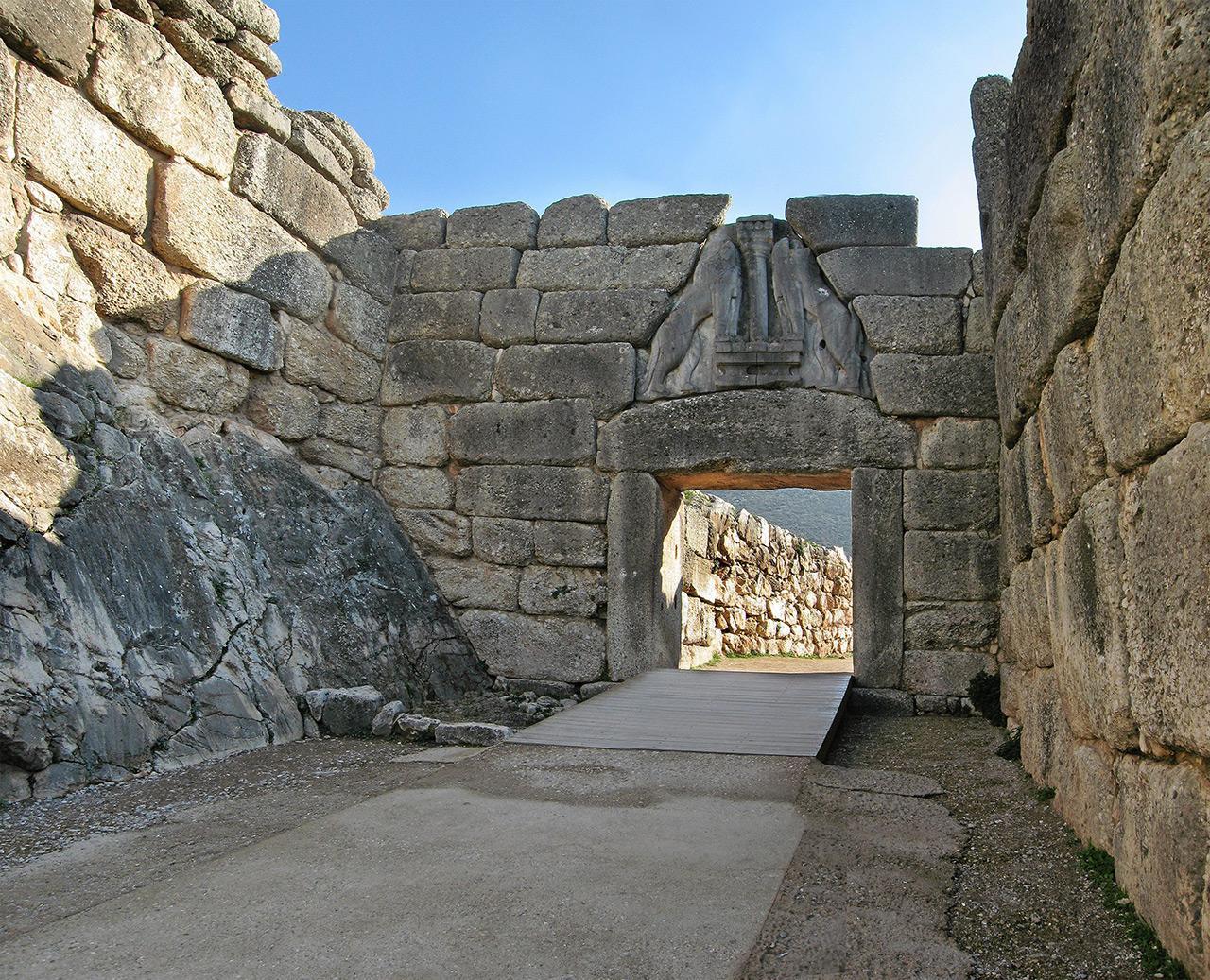ประตูสิงห์แห่งไมซีเนตั้งอยู่ใกล้กับกลุ่มสุสานวงกลม เอ.