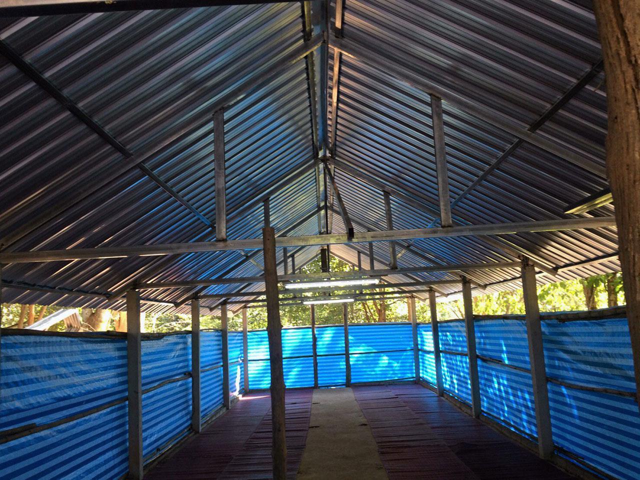 โรงนอนหลังเก่าอายุประมาณ 30 ปี ที่ได้รับการปรับปรุงหลังคาที่ชำรุดใหม่ เพื่อใช้เป็นที่พักของเยาวชนที่มาเข้าค่ายอบรมด้านต่างๆ.