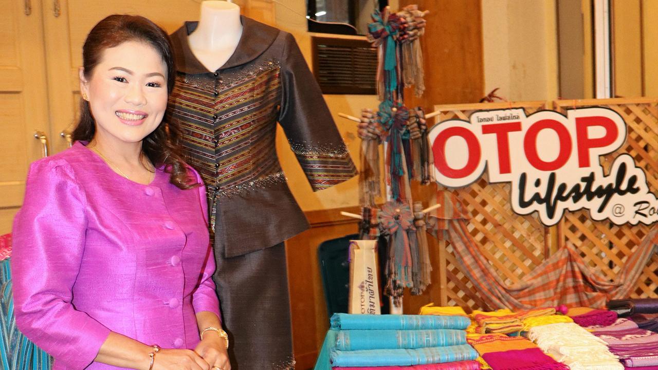 ชุดผ้าไหมสินค้า OTOP Lifestye อำเภอเมืองร้อยเอ็ด เป็นที่ชื่นชอบของผู้ที่มาร่วมงาน.
