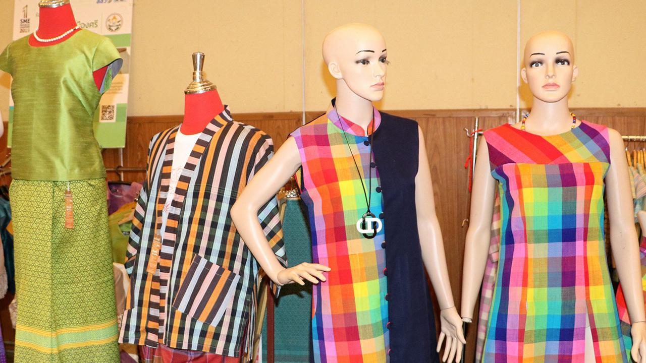ชุดผ้าไทย ผ้าขาวม้าไฉไล 7 สี สินค้า OTOP นวัตวิถี บ้านสวนปอ ต.หนองแคน อ.ปทุมรัตต์ ที่นำมาโชว์.