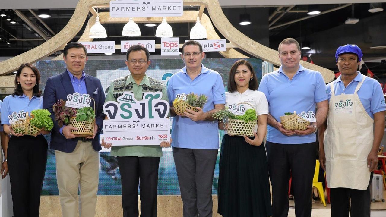 """ของนนทบุรี ชลธี ยังตรง, พิชัย จิราธิวัฒน์ และ สเตฟาน คูม เปิดงาน """"จริงใจ Farmer's Market"""" เพื่อสนับสนุนส่งเสริมสินค้าทางการเกษตรของจังหวัดนนทบุรี โดยมี พิสมัย สีหวัลลภ, เอ็มมานูเอล คูรง และ ชยพล เขียวน้อย มาร่วมงานด้วย ที่เซ็นทรัลพลาซา แจ้งวัฒนะ วันก่อน."""