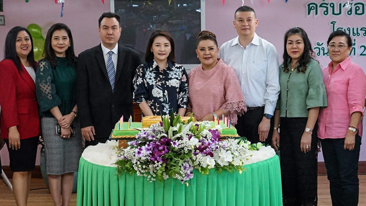 27ปี ฐิติมา ถิรกิจพงศ์ กรรมการผู้จัดการโรงแรมดิ เอมเมอรัลด์ เป็นประธานตัดเค้กในโอกาสฉลองโรงแรมครบรอบ 27 ปี โดยมี สุรภา ถิรกิจพงศ์, ปัญญา ถิรกิจพงศ์, รสสุคนธ์ ผดุงชัยภูมิไทย และ สรินธร กาญจนทวี มาร่วมงานด้วย ที่ห้องอัญมณี โรงแรมดิ เอมเมอรัลด์ วันก่อน.
