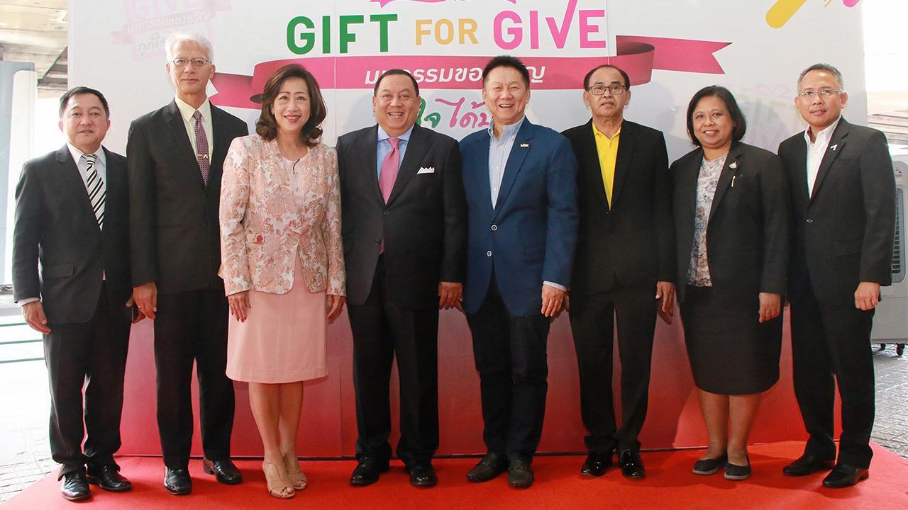 """ให้ของขวัญ  -  จุติ ไกรฤกษ์ รมว.พม. เปิดงาน """"Gift for Give มหกรรมของขวัญถูกใจ...ได้บุญ"""" ชวนทุกคนสุขใจกับการเป็นผู้ให้เพื่อผู้ด้อยโอกาสในสังคม โดยมี สมพล ตรีภพนารถ, สุทธิ จันทรวงษ์ และ สุจิตรา พิทยานรเศรษฐ์ มาร่วมงานด้วย ที่ศูนย์การค้าเอ็มบีเค เซ็นเตอร์ วันก่อน."""