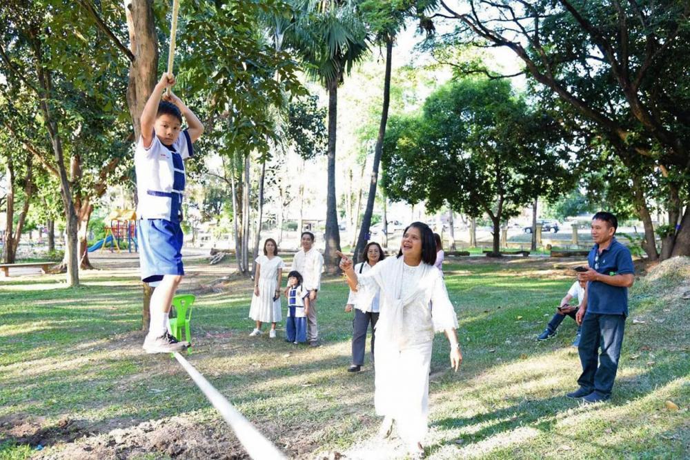 นางสุพรรณี สุขสันต์รุ่งเรือง ชื่นชมกับเด็กๆ ที่เข้ามาทดลองและสนุกกับเครื่องเล่นออกกำลังกายแบบธรรมชาติ.