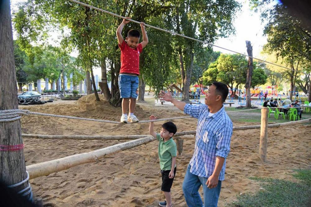 ผู้ปกครองพาบุตรหลานมาออกกำลังกายในสนามเด็กเล่นสร้างปัญญา ซึ่งจะมีฐานทดลองมากกว่า 10 ฐาน ให้เด็กพัฒนาการเรียนรู้.