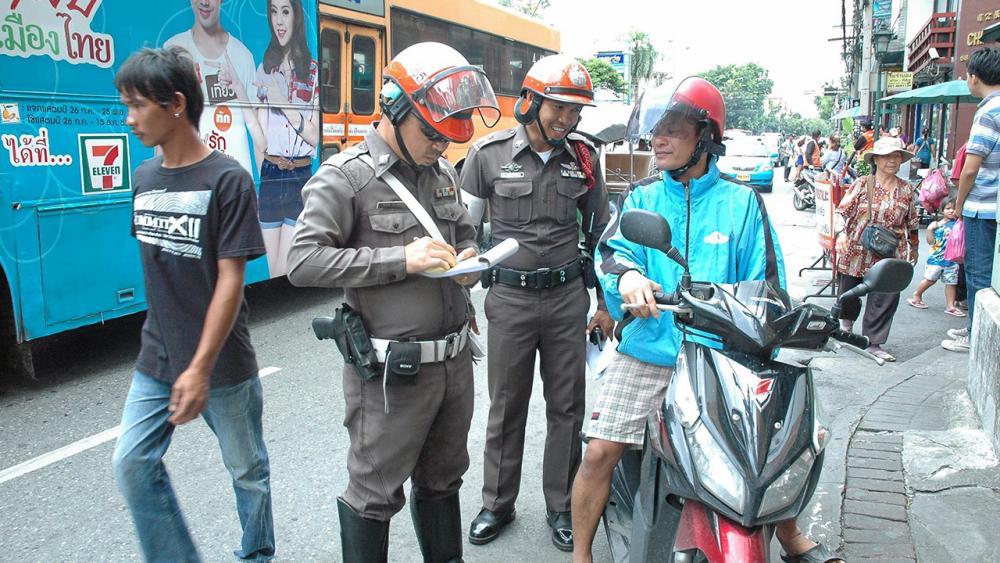 ตำรวจจับออกใบสั่ง.