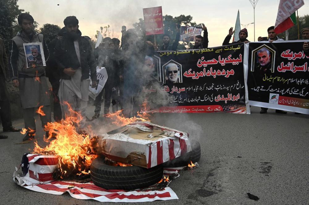 ชาวอิหร่านที่โกรธแค้นเผาธงชาติสหรัฐฯ