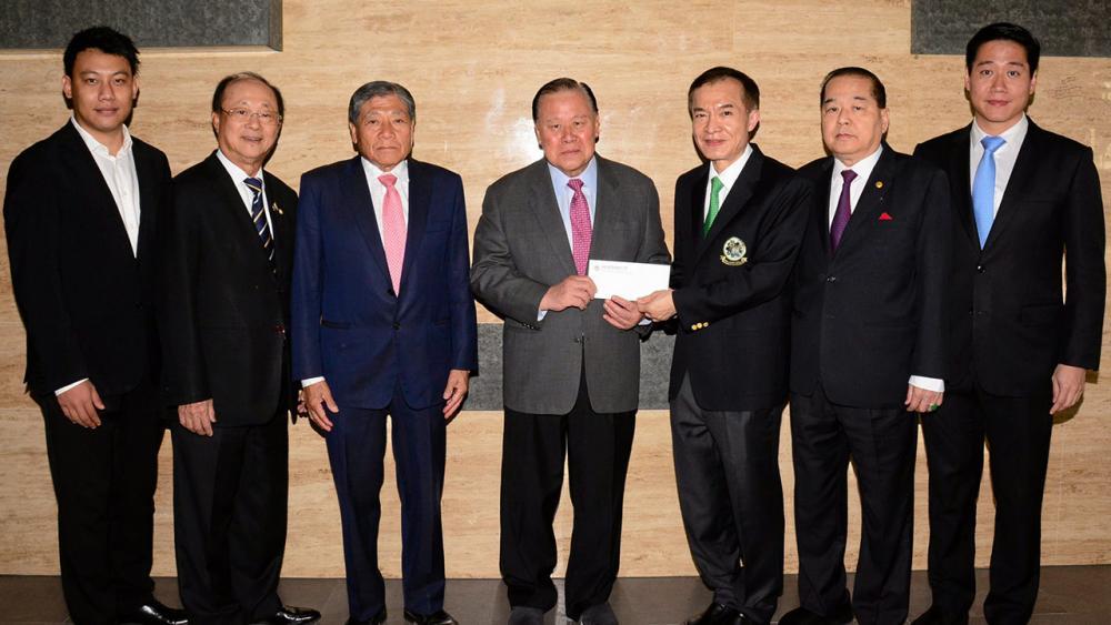 ให้มูลนิธิ เจริญพร สุจินตะบัณฑิต ประธานห้างหุ้นส่วนจำกัด พรชัยเทรดดิ้ง พร้อมลูกชาย กานต์กวิน มามอบเงินจำนวน 100,000 บาท ให้แก่ สราวุธ วัชรพล เพื่อสมทบทุนมูลนิธิไทยรัฐ โดยมี วิวัฒน์ เวศย์ไกรศรี และ สินชัย งามวงศ์มาศ มาร่วมในพิธีด้วย ที่ สนง.นสพ.ไทยรัฐ วันก่อน.