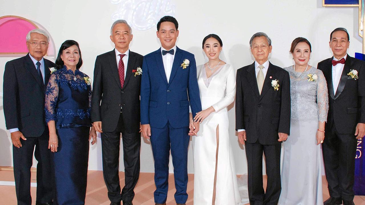 คู่เลิฟคู่สวีท ชวน หลีกภัย ประธานรัฐสภา เป็นประธานในงานแต่งงานระหว่าง ฉัตสิตา บุตรี สุภาพ-ปิรันทนา คลี่ขจาย กับ ภวินท์ บุตร วิฑูรย์-สุวิมล อิงคะประดิษฐ์ โดยมี สุวัจน์ ลิปตพัลลภ มาร่วมอวยพรด้วย ที่ห้องเดอะ คริสตัล โรงแรมดิ แอทธินี โฮเทล แบงค็อก วันก่อน.
