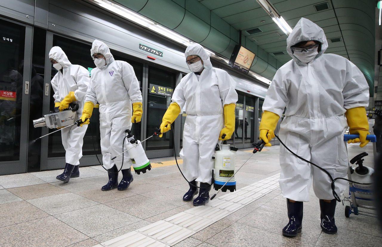 เจ้าหน้าที่ฉีดยาฆ่าเชื้อที่สถานีรถไฟในกรุงโซล