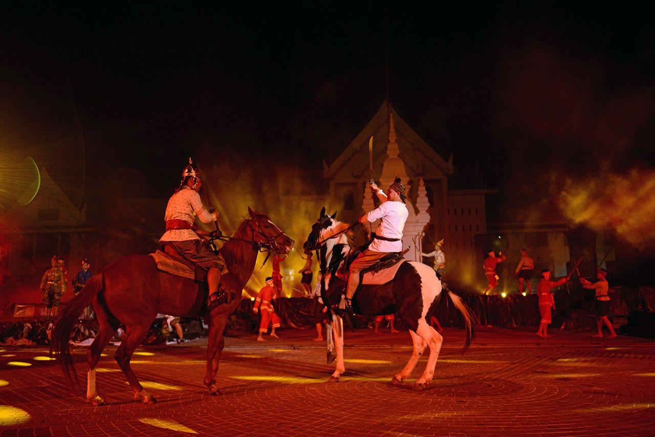 """การแสดงต่อสู้ที่สมจริงบนหลังม้าโดยใช้ม้าจริงๆมาร่วมแสดง สร้างความตื่นตาตื่นใจให้กับผู้เข้าชม ตลอดการชม """"ตำนานสงครามปราบฮ่อ""""."""