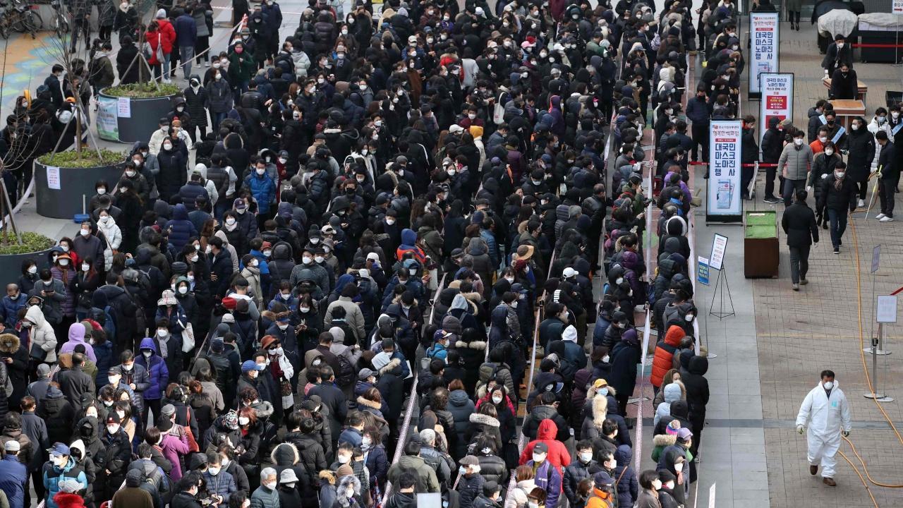 ชาวเกาหลีใต้จำนวนมากต่อแถวรอซื้อหน้ากากอนามัย หลังขาดตลาดหนัก