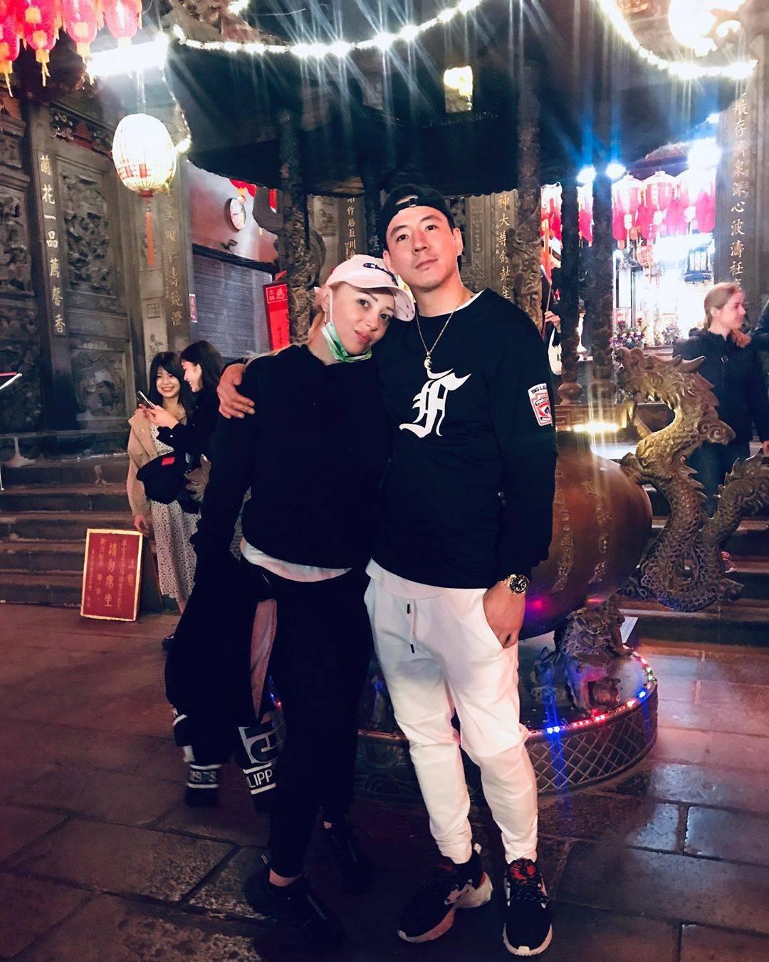 ฮาเวิร์ดและภรรยา ขอบคุณภาพจากไอจี @howardwang8885