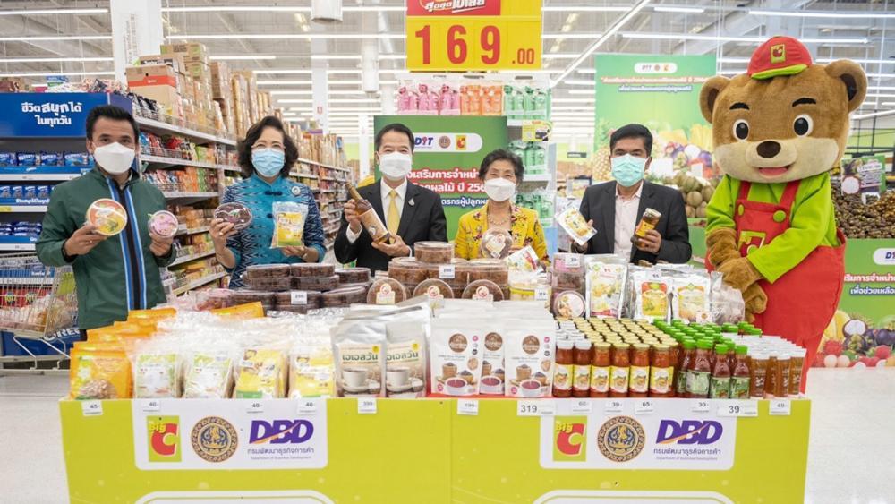 """โอทอป บุณยฤทธิ์ กัลยาณมิตร ปลัดกระทรวงพาณิชย์ และ วิภาดา ดวงรัตน์ รองประธานกก.บห.บิ๊กซี เปิด """"มุมสินค้า SMEs OTOP ของดีทั่วไทย"""" เพื่อช่วยเหลือผู้ประกอบการรายย่อยในชุมชนทั่วประเทศให้มีช่องทางกระจายสินค้ามากขึ้น ที่บิ๊กซี สะพานควาย วันก่อน."""