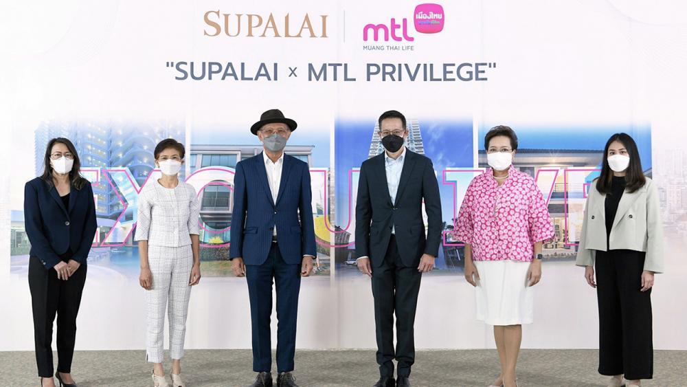 """ดูแลดี สาระ ล่ำซำ ซีอีโอเมืองไทยประกันชีวิต และ ดร.ประทีป ตั้งมติธรรม ประธาน กก.บห.บริษัทศุภาลัย จัดแคมเปญ """"Supalai × MTL Privilege"""" เพื่อมอบสิทธิพิเศษให้ลูกบ้านศุภาลัย โดยมี พิตราภรณ์ บุณยรัตพันธุ์ มาร่วมงานด้วย ที่อาคารศุภาลัย แกรนด์ ทาวเวอร์ วันก่อน."""