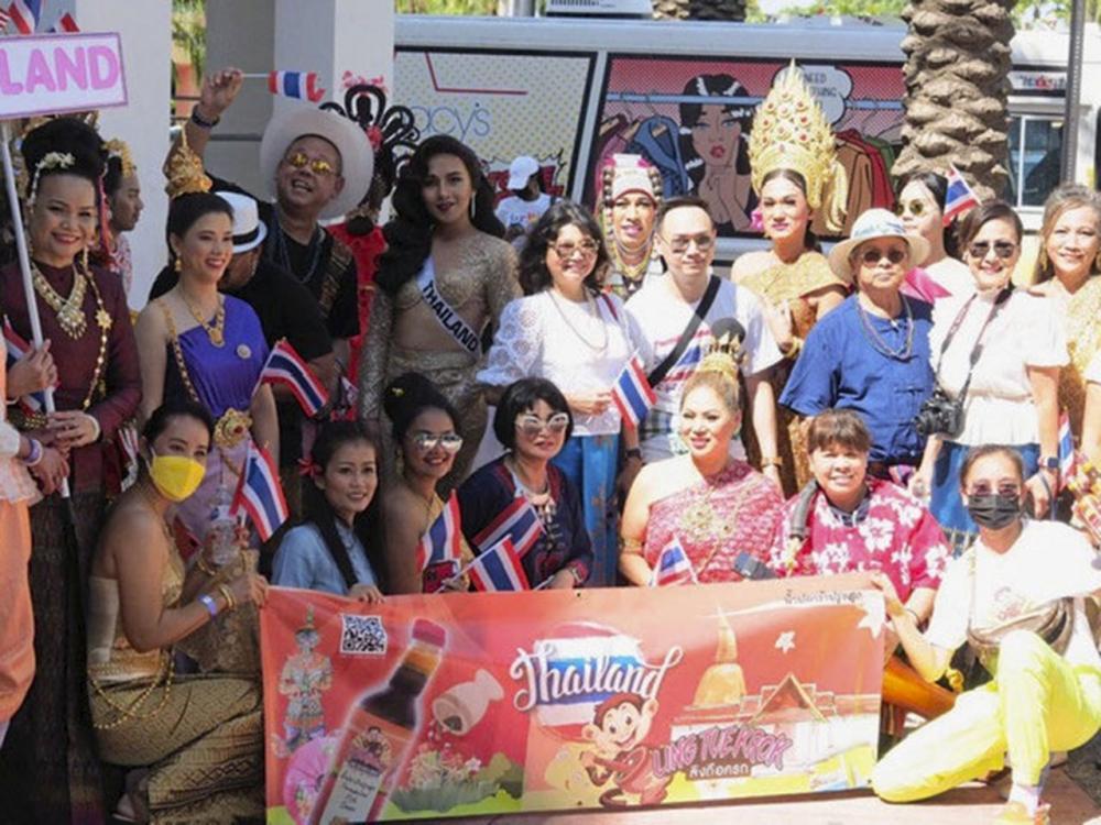 """พลังไทย นิธิมา ศิริโภคากิจ ผอ.สนง.ส่งเสริมการค้าไทยในต่างประเทศ ณ เมืองไมอามี รัฐฟลอริดา สหรัฐฯ ถ่ายภาพกับตัวแทนชุมชนไทยที่ร่วมจัดพาเหรดธีม """"งานวัด"""" เข้าร่วมงาน """"Miami Beach Pride 2021"""" ประทับใจผู้ชม."""