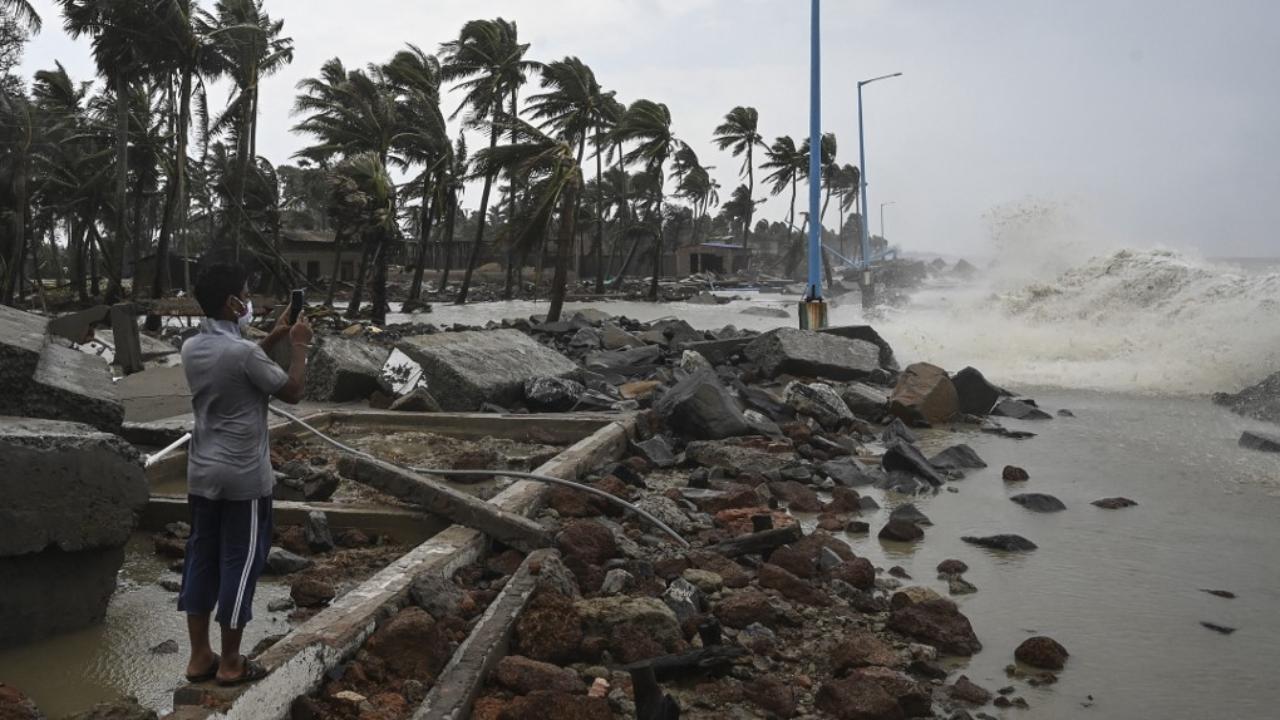 อินเดียเร่งอพยพประชาชนรับมือพายุไซโคลนกุหลาบ ขึ้นฝั่งทางภาคตอ.ของประเทศ