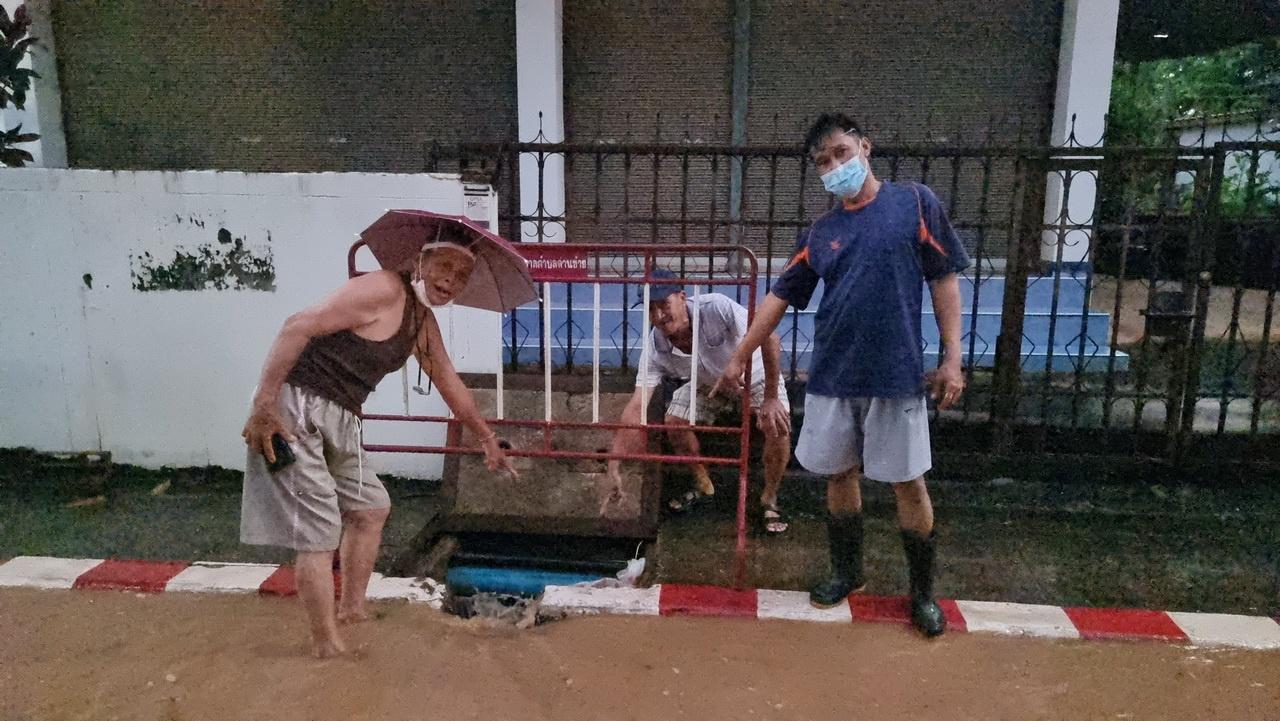 น้ำทะลัก อ.ด่านซ้าย ชาวบ้านโวยเทศบาลเอากระสอบทรายอุดรูท่อ